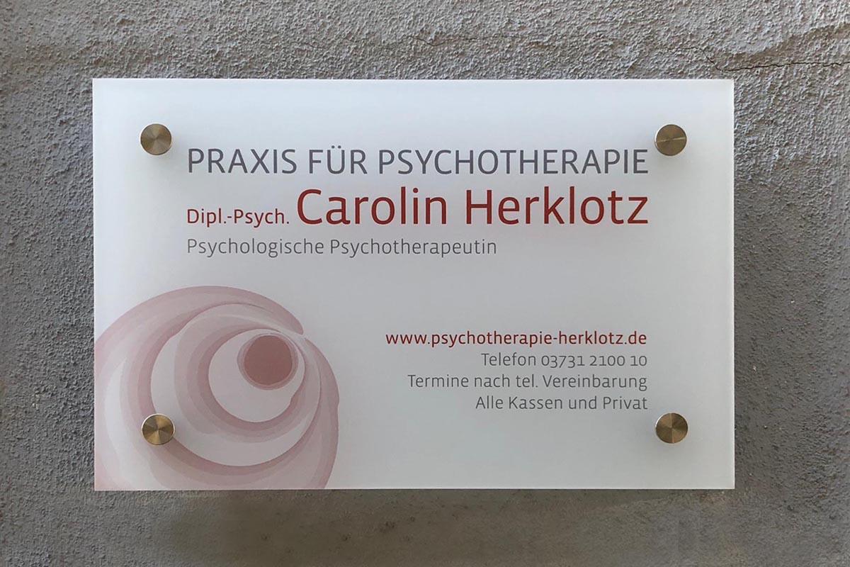 Gestaltung und Druck Praxisschild für Psychotherapiepraxis Carolin Herklotz. Acrylglas satiniert weiß, 8mm